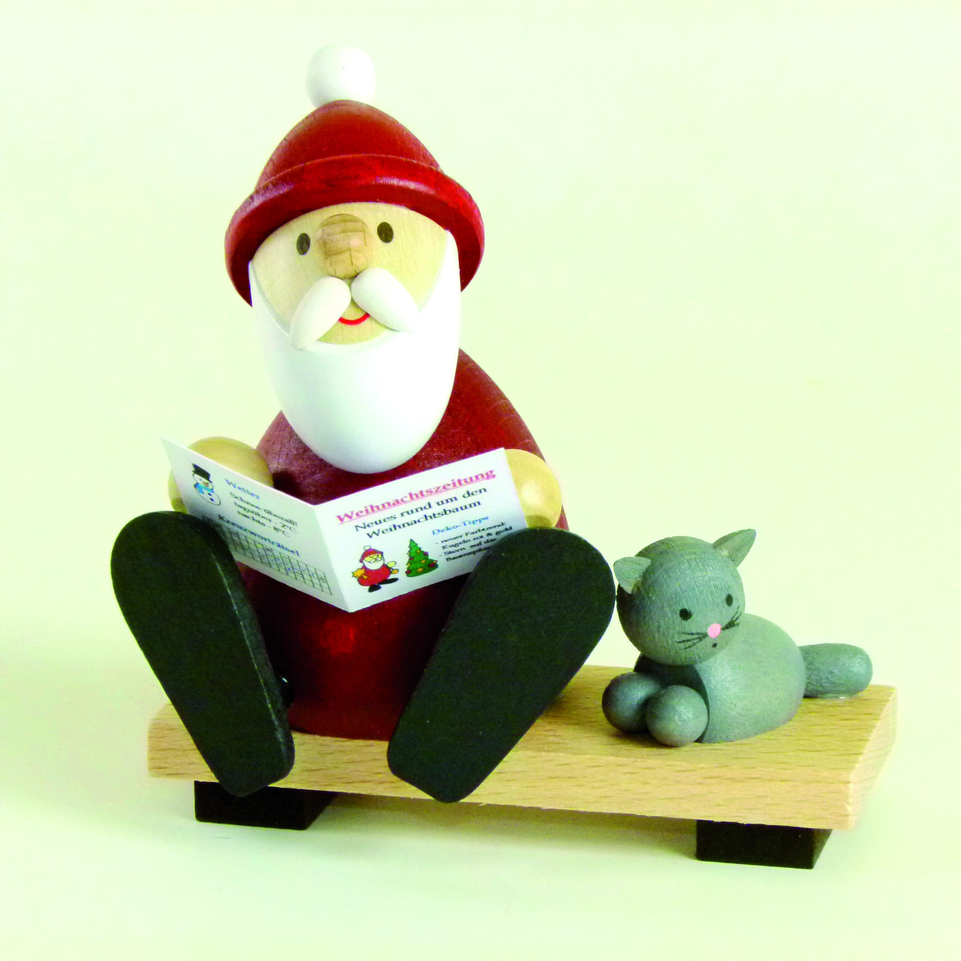 weihnachtsmann_modern_auf_bank_mit_zeitung_und_katze_ullrich_kunsthandwerk_paul_ullrich_volkskunstbestehen